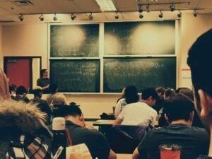 Wykładowca, który ma kredyt nauczycielski.