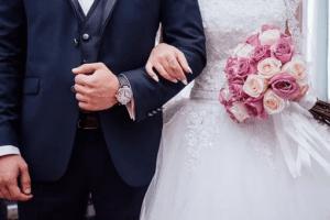 Osoby, które zastanawiają się, czy intercyza chroni przed długami współmałżonka.