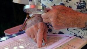 Osoba, która sprawdza ile komornik może zająć z emerytury w 2020.
