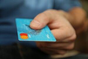 Osoba, która zastanawia się czym jest karta kredytowa bez zaświadczeń.